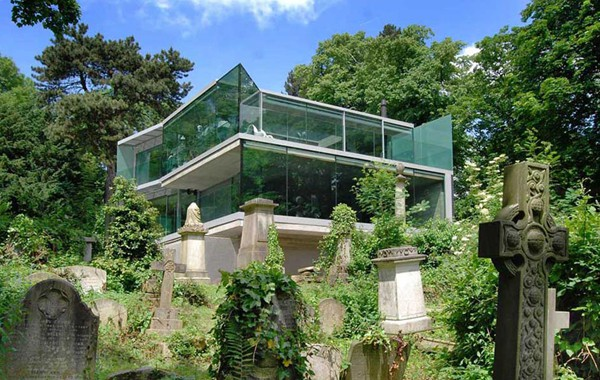 featured posts image for Glass home perched on the edge of a historic cemetery