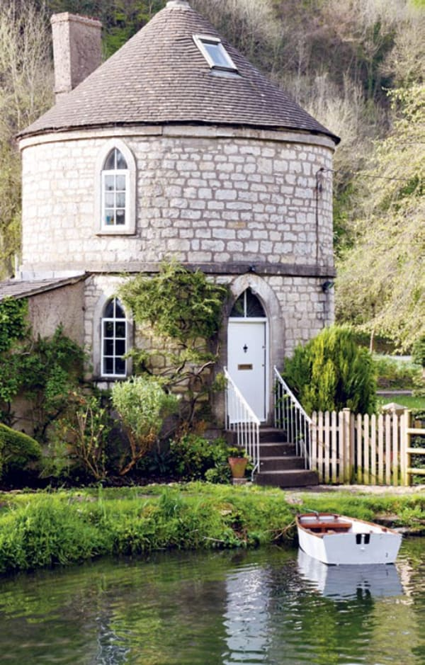 round house on the idyllic thames canal