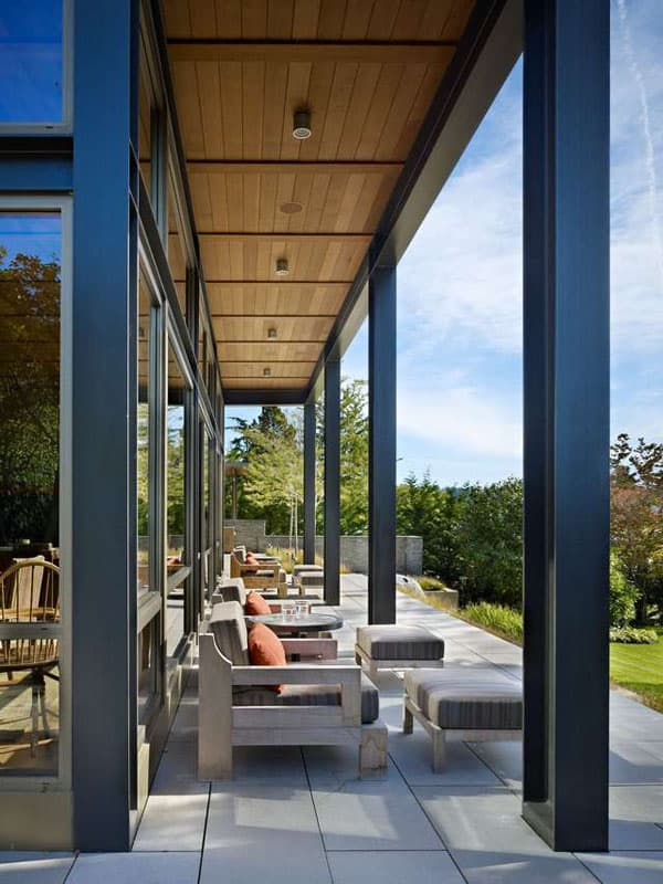 Modern Lake House Blurring Indoor Outdoor Boundaries