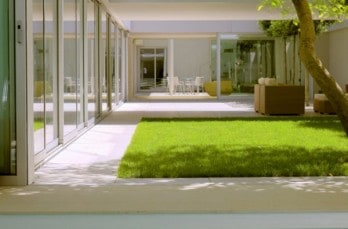 Modern indoor-outdoor living with a green roof: Atriumhaus