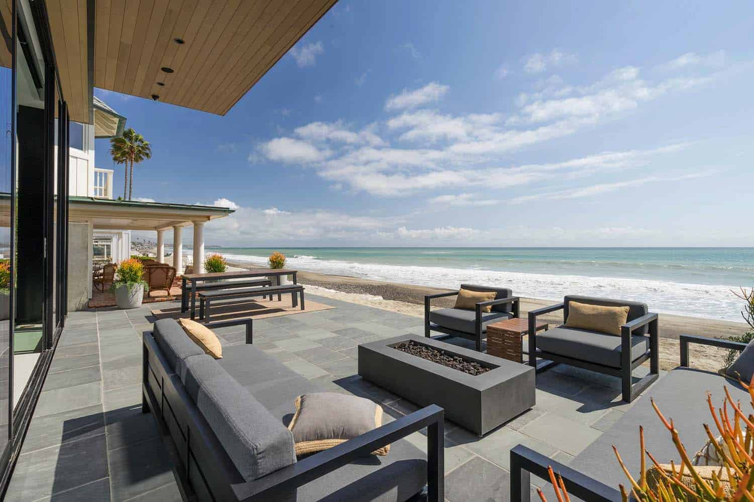 Sleek and stylish beach shelter in a california seaside for Beach house design jeffrey strnad