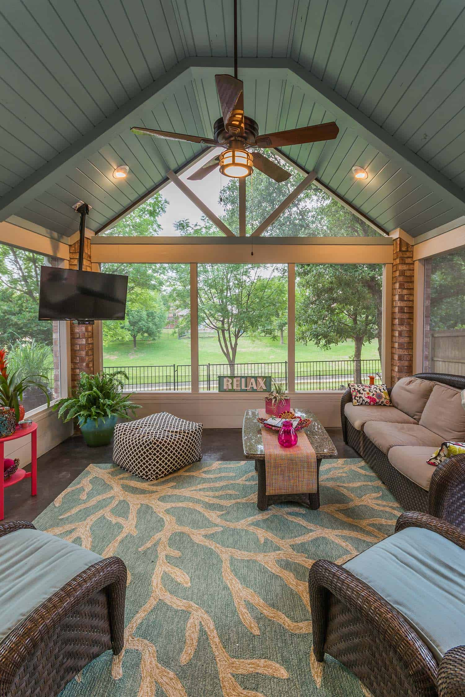 38 amazingly cozy and relaxing screened porch design ideas for Small lanai decorating ideas
