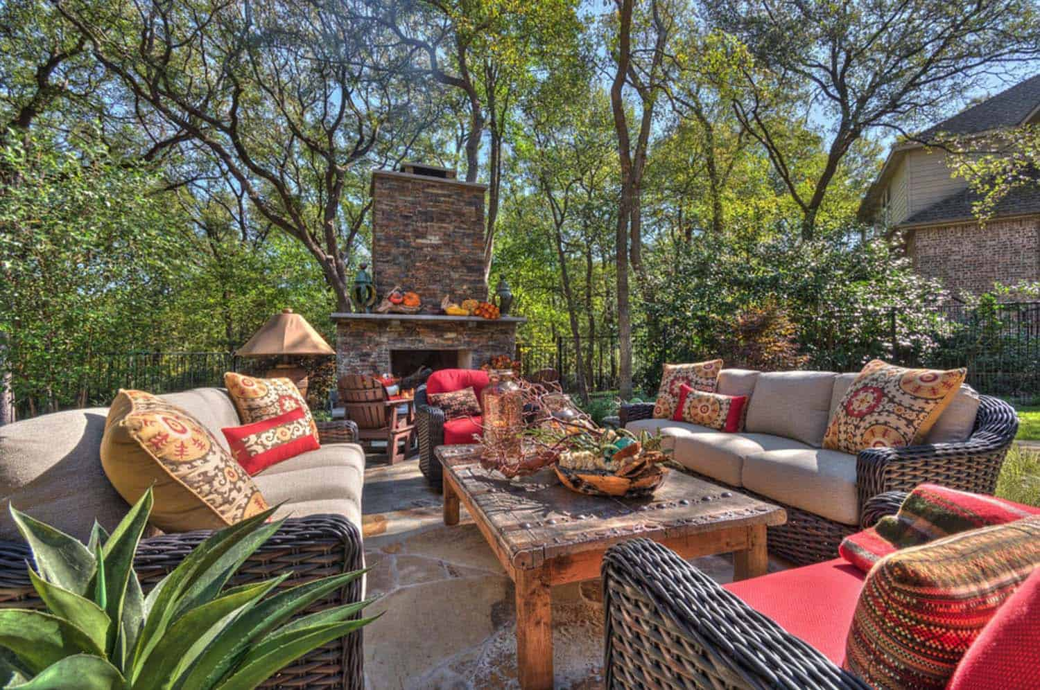 Fall-Inspired Outdoor Living Spaces-06-1 Kindesign