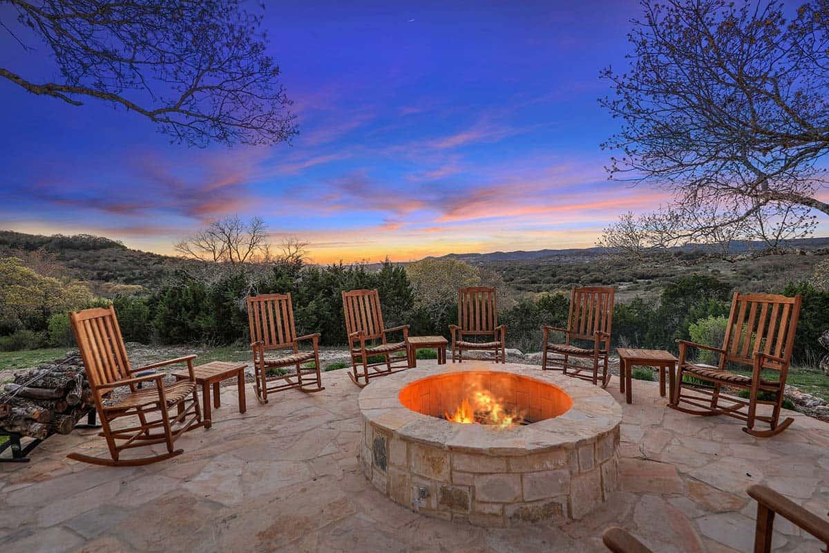 farmhouse-patio-fire-pit