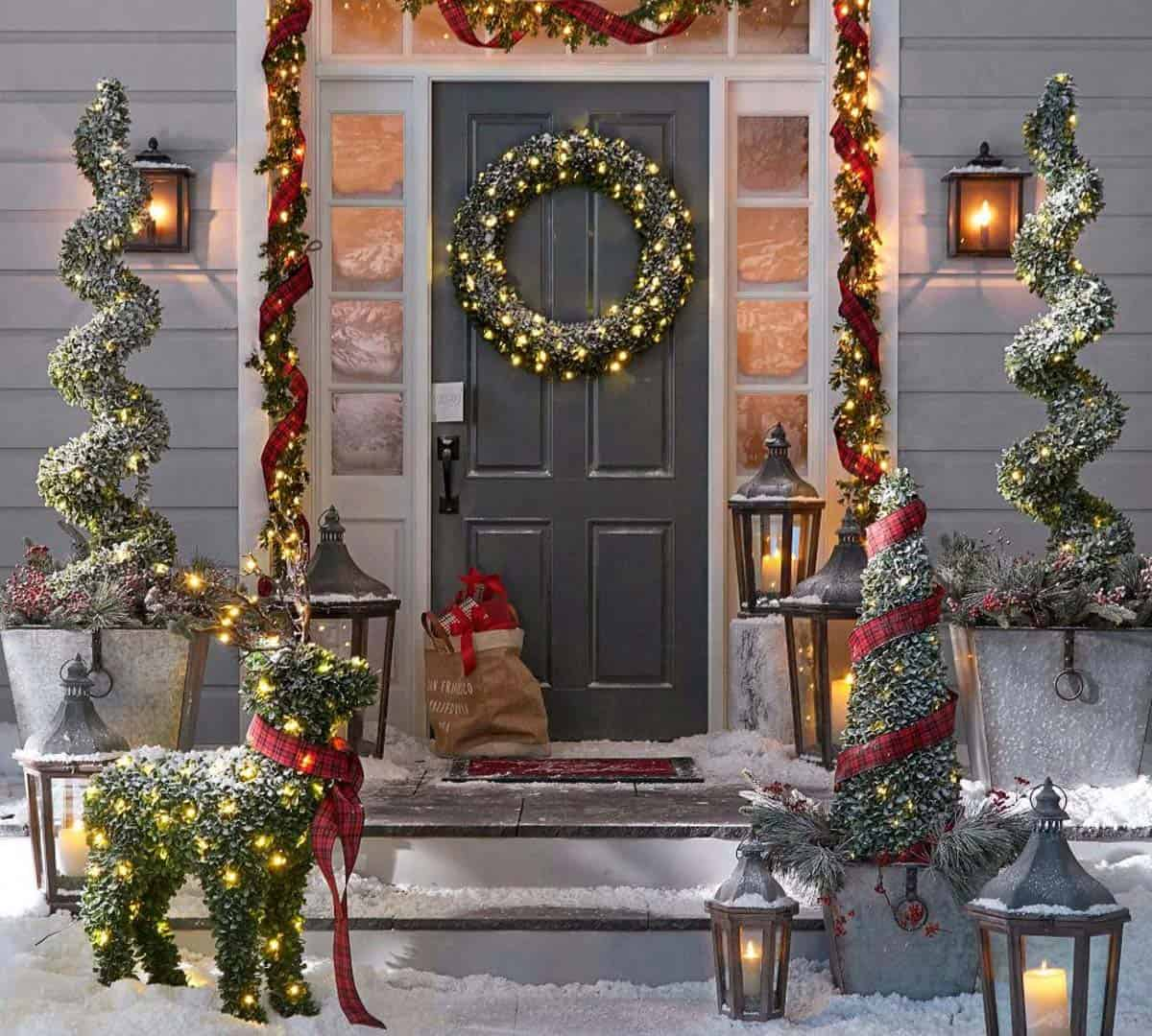 outdoor-christmas-decorated-front-door-with-boxwood-garland