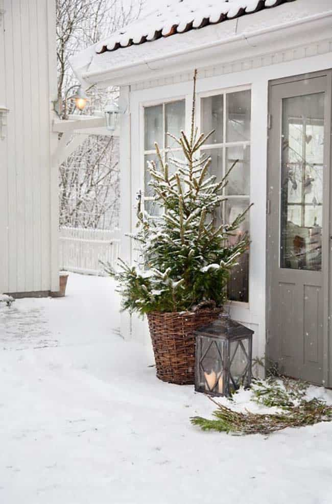 outdoor-christmas-decorated-front-door