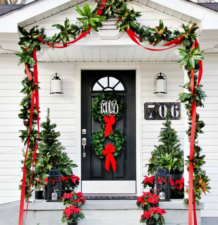 outdoor-christmas-front-door-with-tranditional-decorations