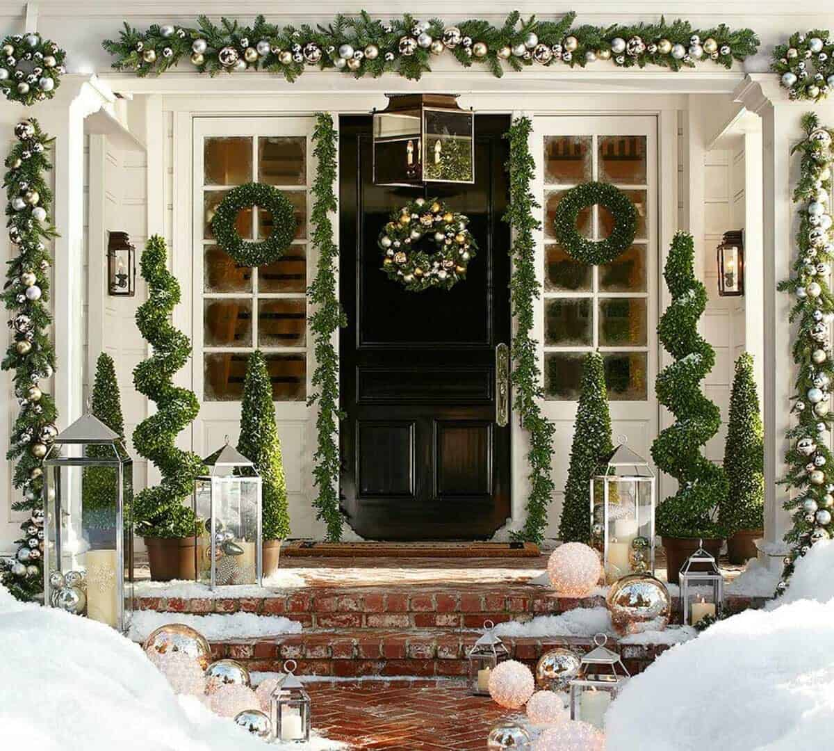 outdoor-christmas-decorated-front-door-boxwood-garland