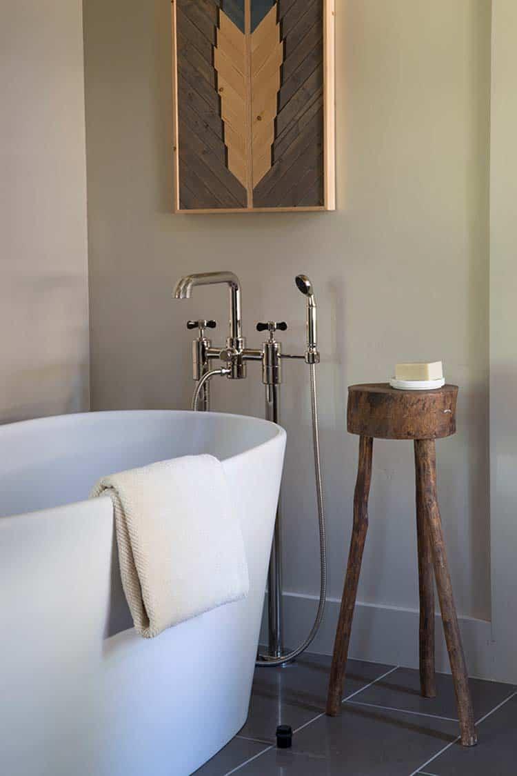 mountain-home-bathroom-freestanding-tub