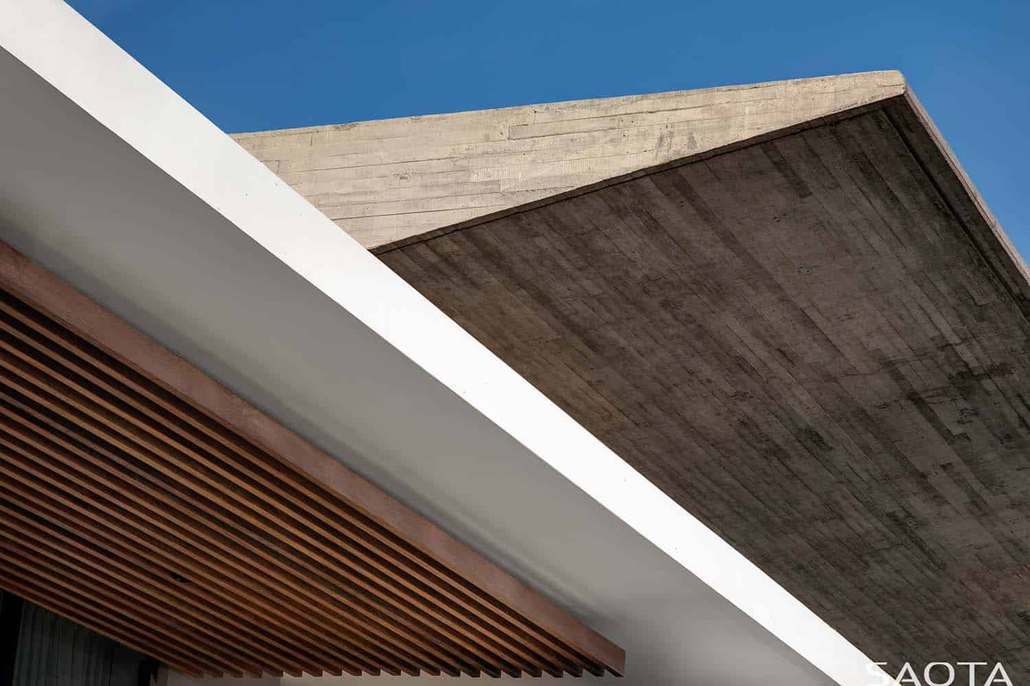 contemporary-house-exterior-roof-detail