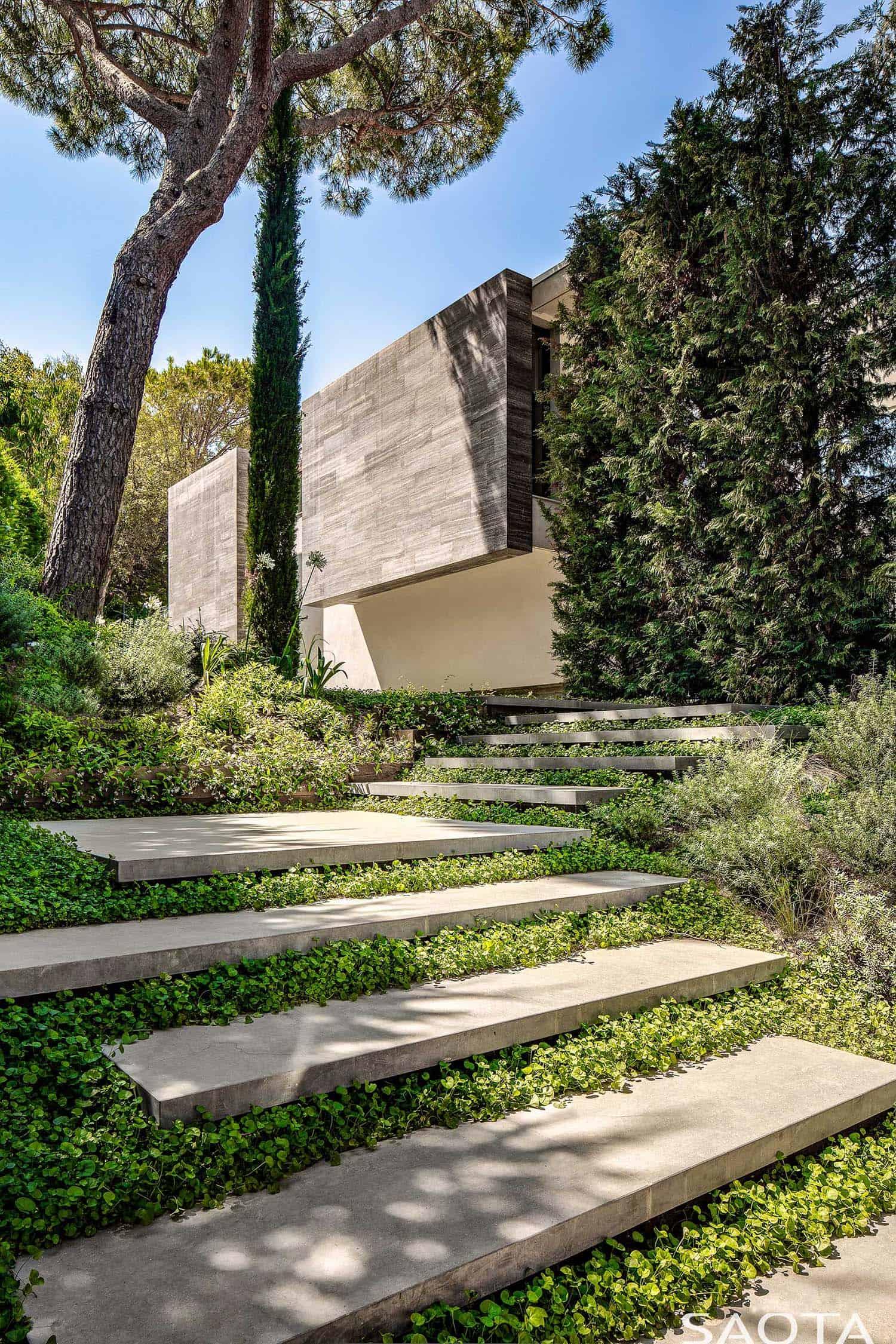 contemporary-summer-home-exterior-landscape-saint-tropez
