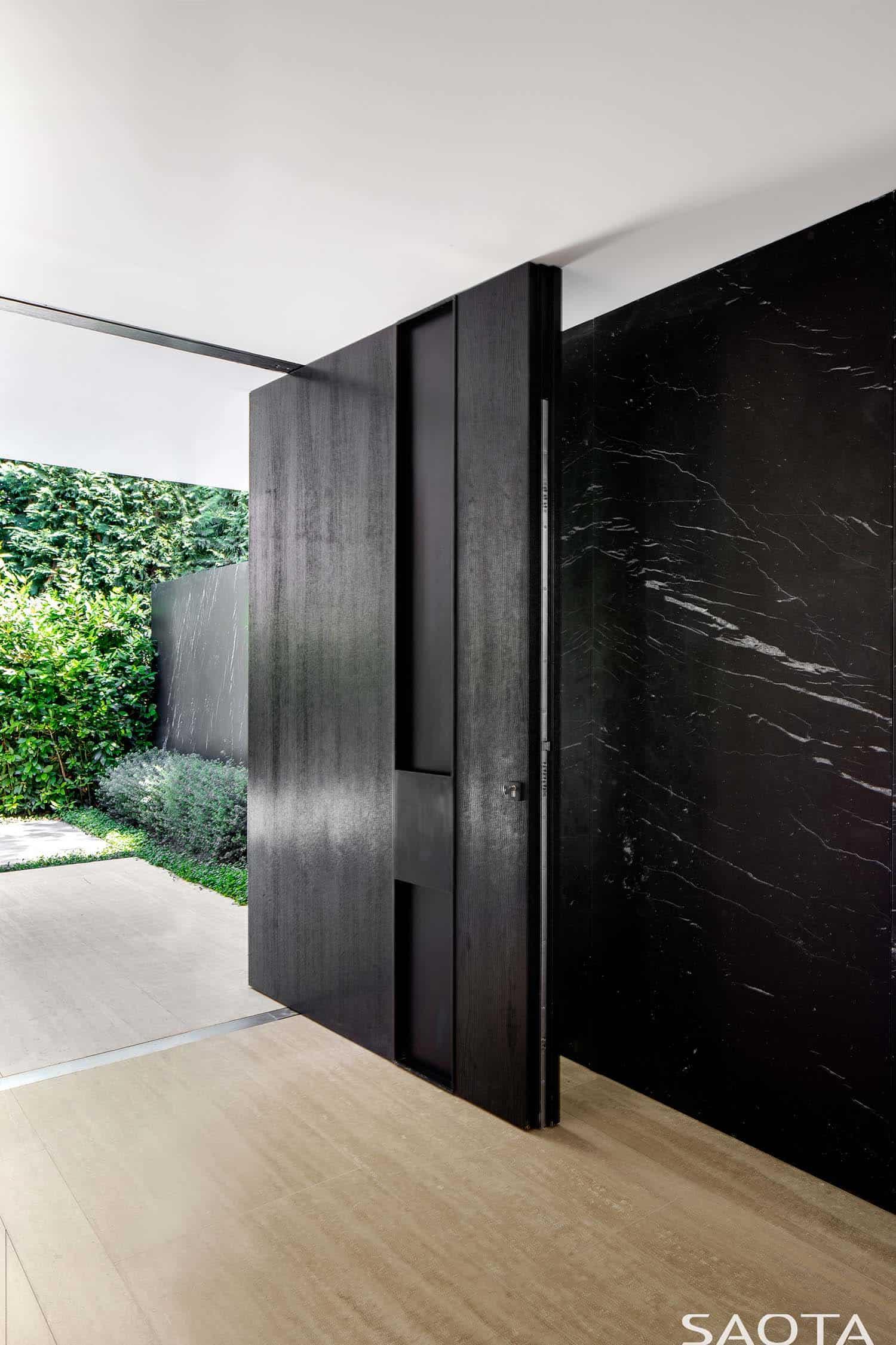 contemporary-summer-home-entry