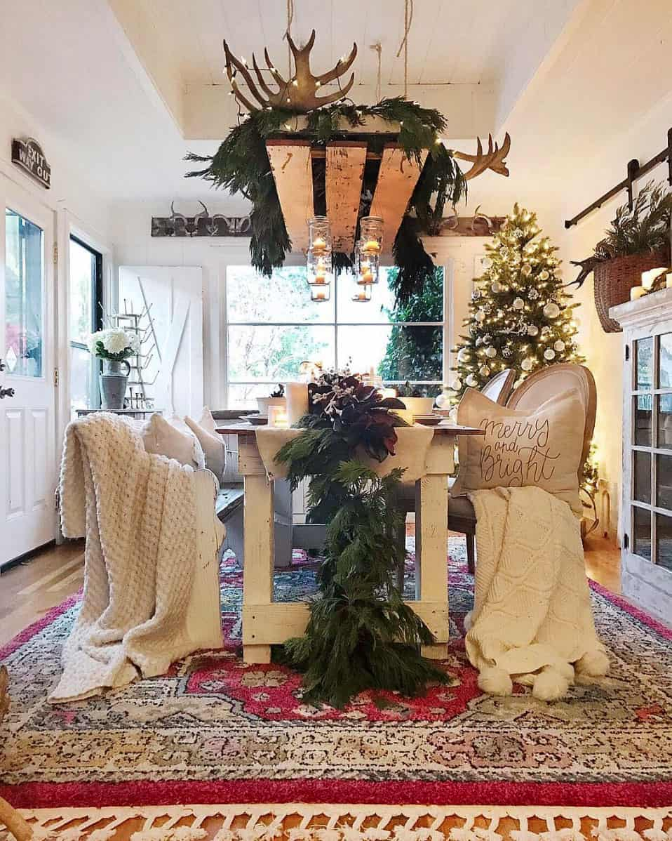 gorgeous-christmas-garland-decorating-ideas-dining-table-centerpiece