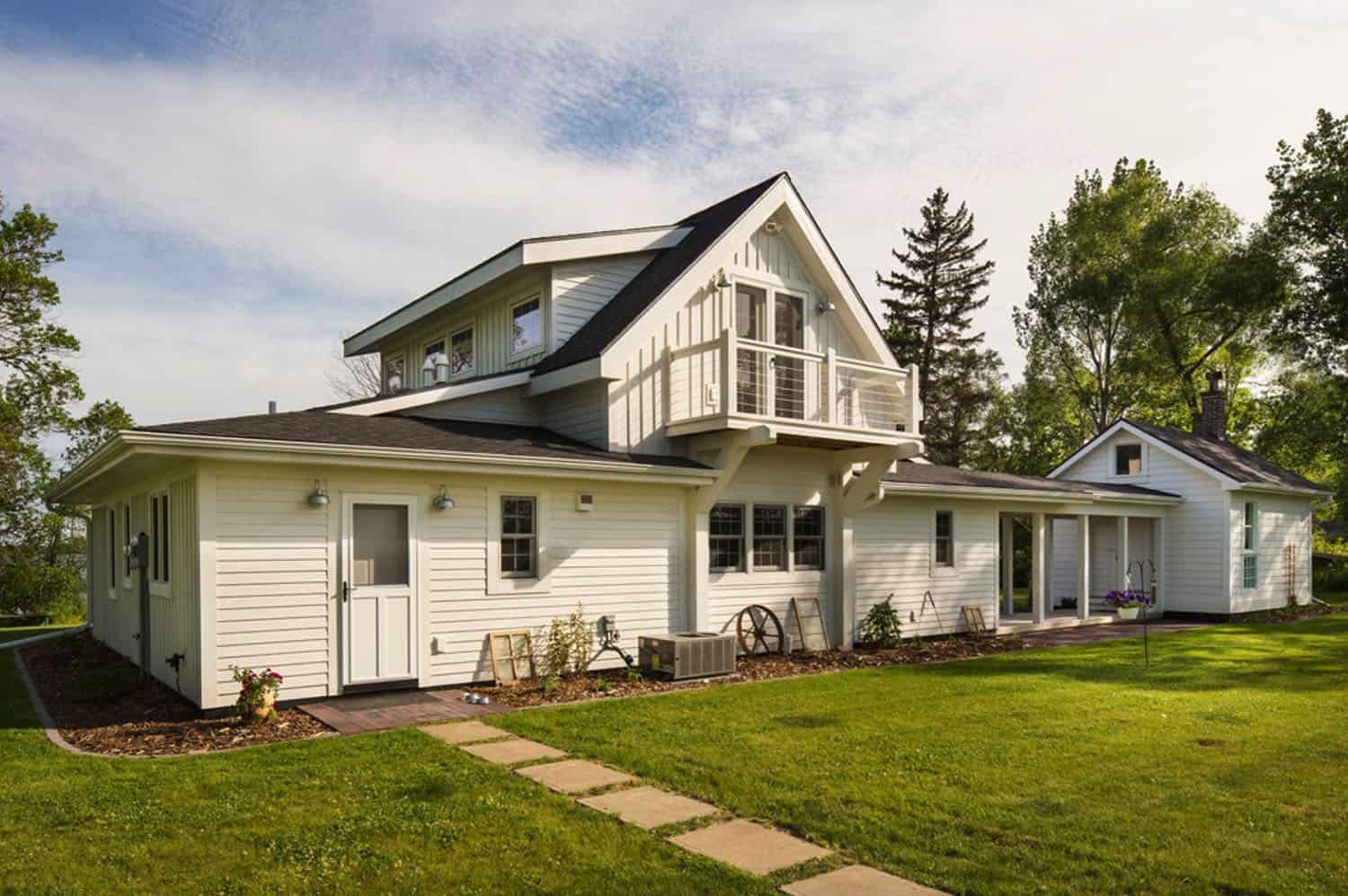 summer-lakeside-cottage-exterior
