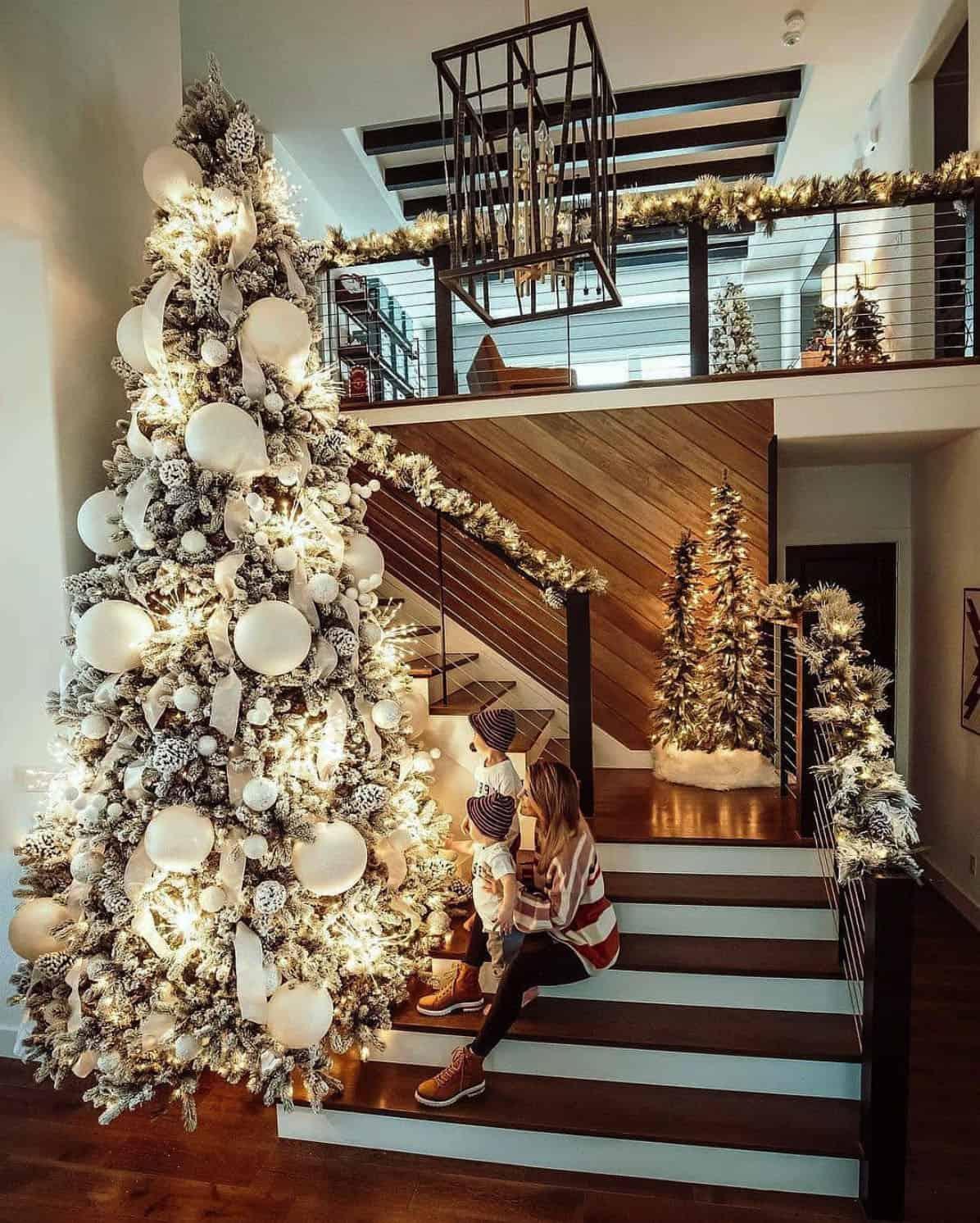 holiday-decor-ideas-staircase-tree