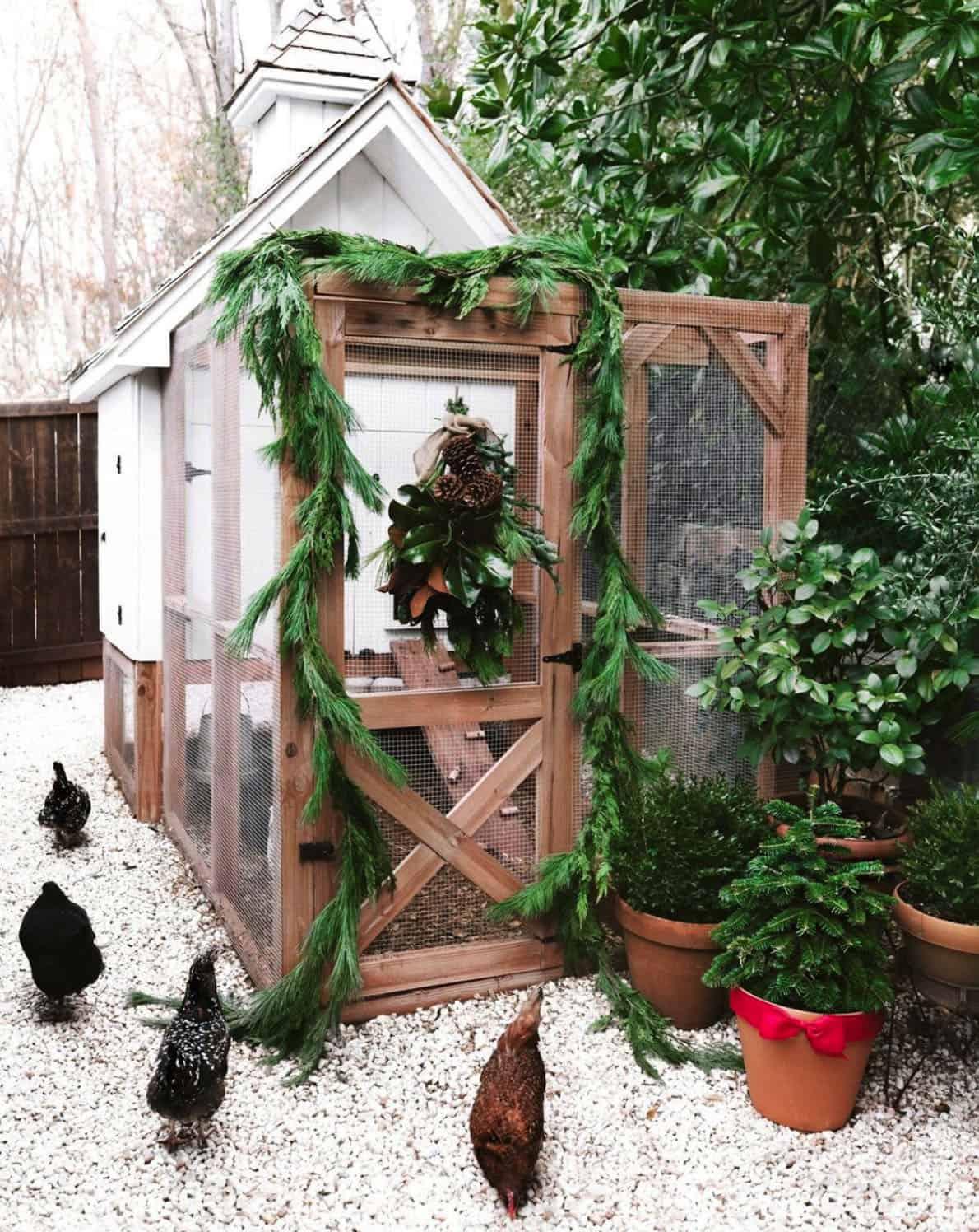 holiday-decor-ideas-festive-chicken-coop