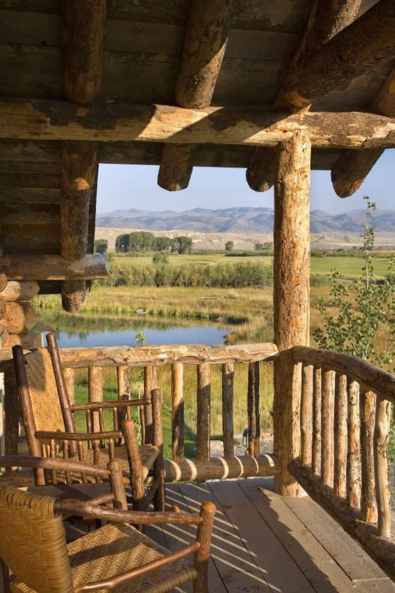 rustic-ranch-house-retreat-balcony
